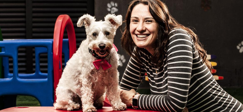 Ana Cláudia Ruy Cardia e sua cadela Mushi, que frequenta a Dogs Play - Fernando Moraes/UOL