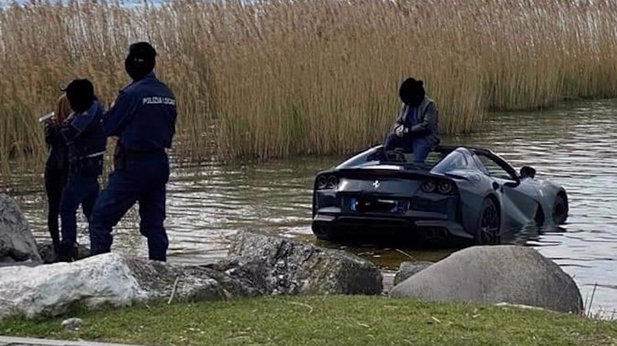 Ferrari 812 GTS afunda em lago - Reprodução