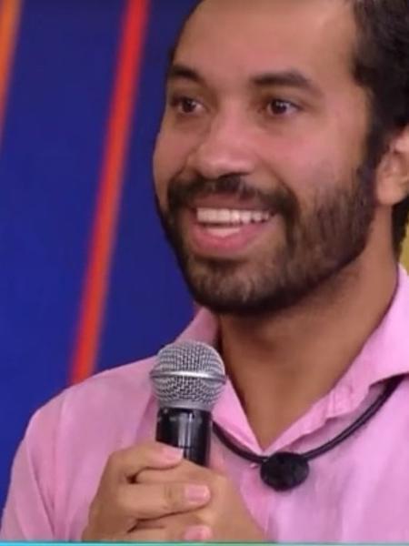 BBB 21: Gil no palco com o apresentador Tiago Leifert - Reprodução/Globoplay