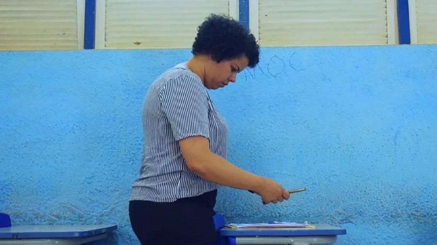 A coordenadora pedagógica Janaina Barros lê carteiras rabiscada por alunos do Colégio Estadual de Seabra (BA) - Prova Escrita/Reprodução