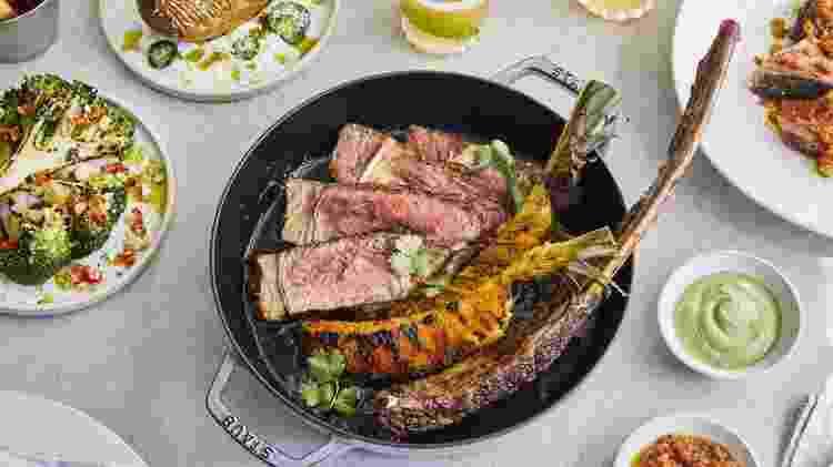 Tomahawk: carne no osso pesa 1 quilo - Ella Miller - Ella Miller
