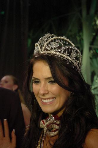 A Miss Brasil 2010 Debora Lyra posa para foto durante premiação do concurso