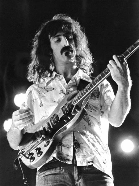 O músico e compositor norte-americano Frank Zappa durante show em Estocolmo, na Suécia, em setembro de 1974 - AFP