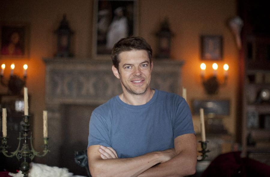 O produtor Jason Blum posa em casa mal-assombrada criada por ele em Los Angeles (11/10/12)