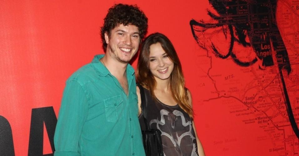 11.4.2013: Os atores Caio Paduan e Juliana Lohmann prestigiam o lançamento de