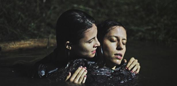 """24.mai.2013 - A atriz Bianca Comparato contracena com a argentina Inés Efron em """"A Menina sem Qualidades"""", série da MTV Brasil"""