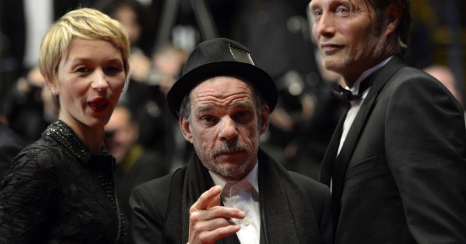 24.mai.2013 - A atriz Delphine Chuillot e os atores Denis Lavant e Mads Mikkelsen, de