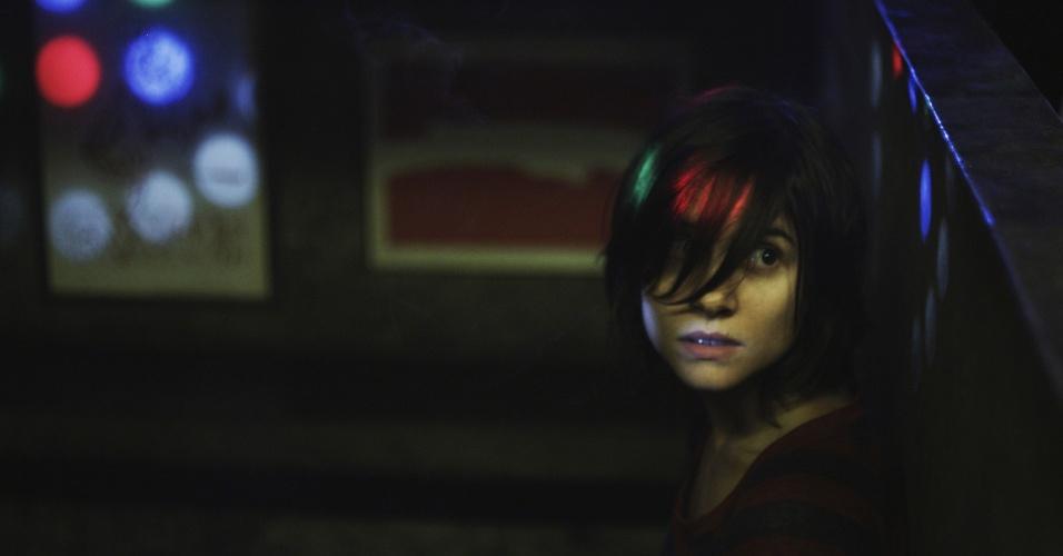 """24.mai.2013 - Bianca Comparato interpreta cena em que Ana se prepara para tirar a virgindade de Olavo em """"A Menina sem Qualidades"""", série da MTV Brasil"""