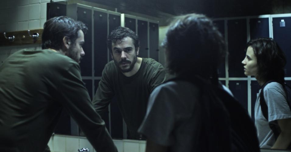 """24.mai.2013 - O ator argentino Javier Drolas contracena com Bianca Comparato em """"A Menina sem Qualidades"""", série da MTV Brasil"""