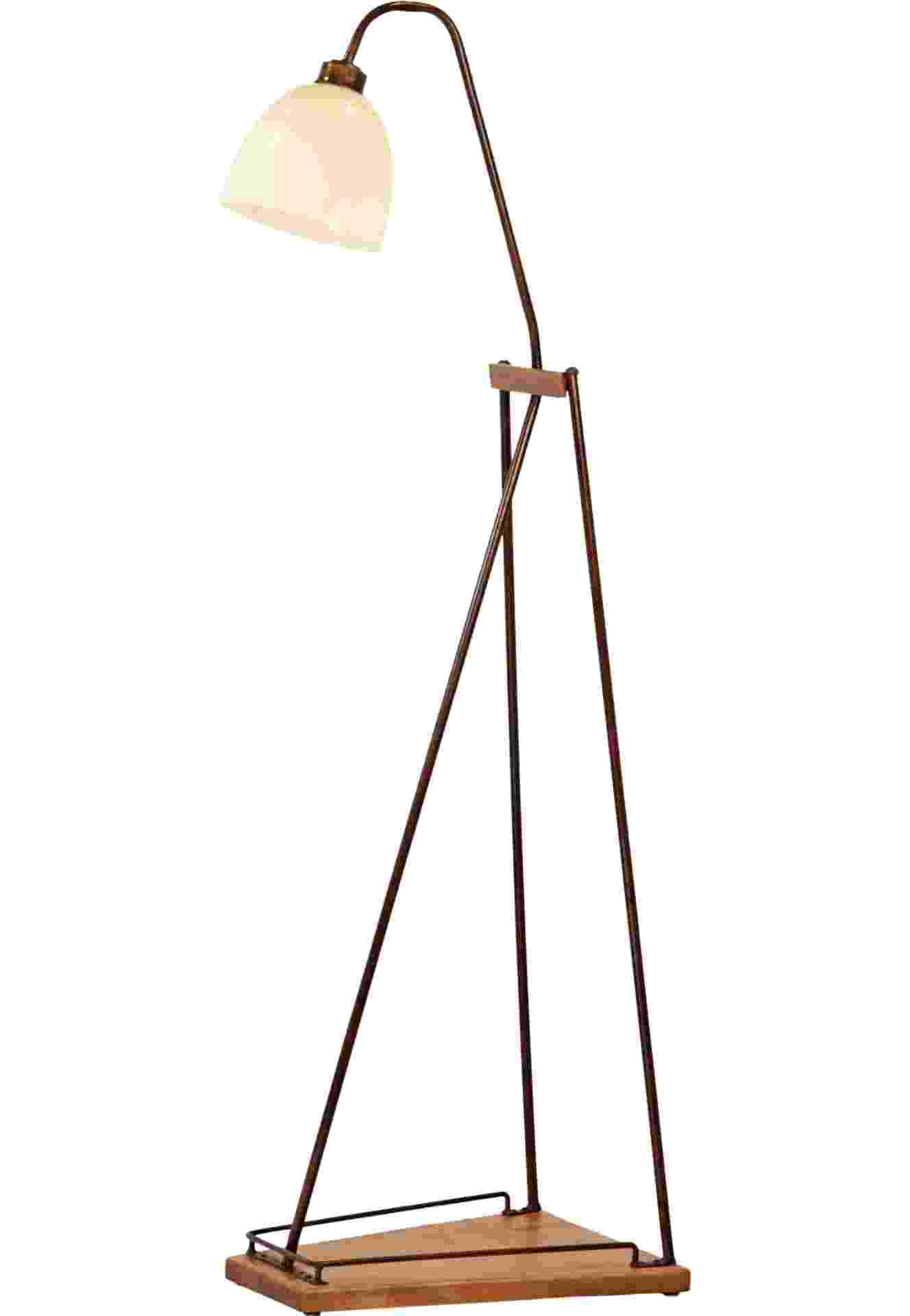 A luminária de piso do designer Cristiano Marzola, para a Reginez (www.reginez.com.br), é feita de madeira, latão e resina. A peça vem com base que serve como porta-livros e custa R$ 1.406 | Preço consultado em março de 2013 e sujeito a alterações - Divulgação