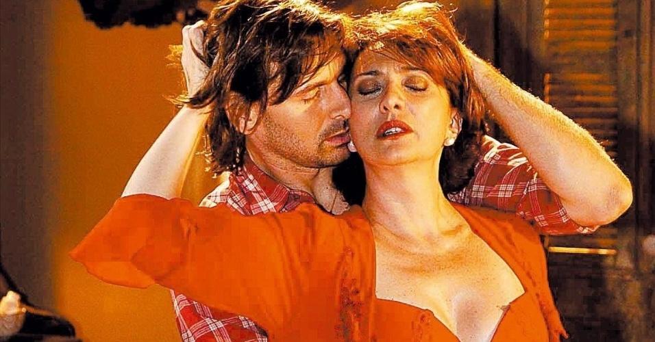 """Em """"América"""" (2005), a viúva Neuta (Eliane Giardini) jurava que não queria saber de outro homem na sua vida, mas o charmoso peão Dinho ( Murilo Rosa) conseguiu conquistar o coração da fazendeira. As cenas quentes dos dois amantes, que terminaram juntos a novela, foram os pontos altos da trama."""