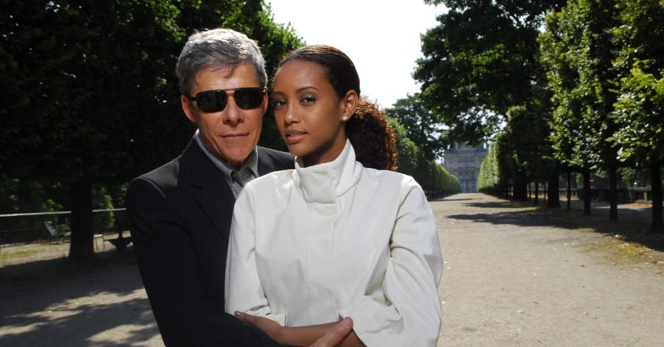 """Em """"Viver a vida"""" (2010), a top model internacional, Helena (Taís Araújo) está no auge da carreira e conhece Marcos (José Mayer) em um desfile. A  paixão é fulminante, os dois se casam rápido, só que os compromissos profissionais da mulher tumultuam a relação. Para piorar, o marido pula cerca e Helena descobre a traição.  A protagonista da novela de Manoel Carlos termina a trama com Bruno (Thiago Lacerda)"""