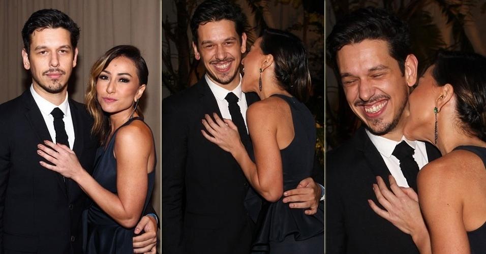 24.mai.2013 - Sabrina Sato dá mordida no pescoço do namorado João Vicente no casamento de Patsy Scarpa e Felipe Malamud