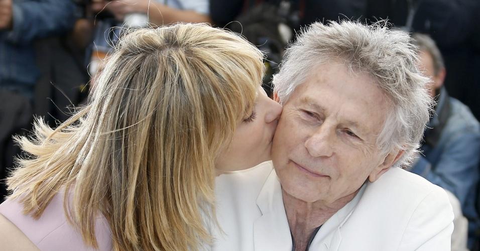 25.mai.2013 - A atriz Emmanuelle Seigner beija o marido, Roman Polanski, em sessão de fotos do filme