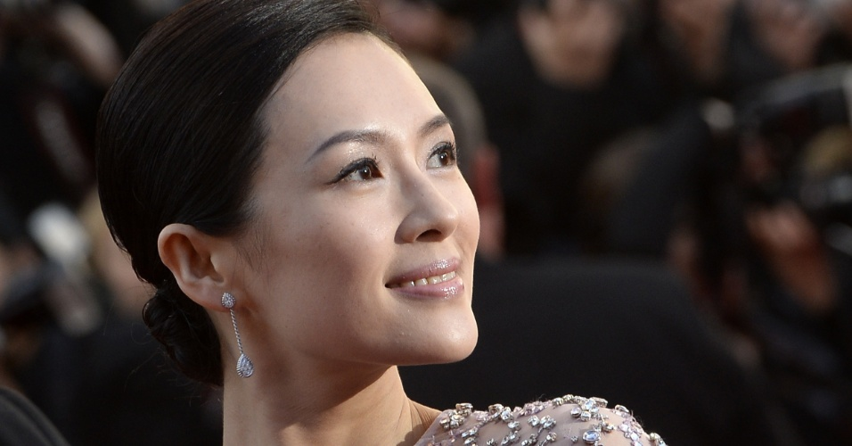 25.mai.2013 - A atriz Zhang Ziyi sorri em sua chegada à exibição da versão restaurada de