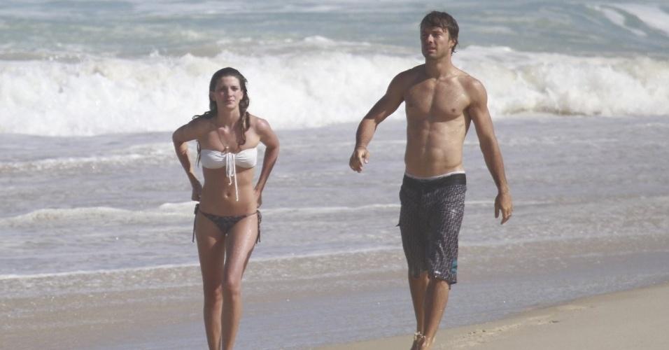 25.mai.2013 - Kayky Brito exibiu o corpo sarado em dia de praia na Barra da Tijuca, zona oeste do Rio. O ator estava acompanhado de uma amiga
