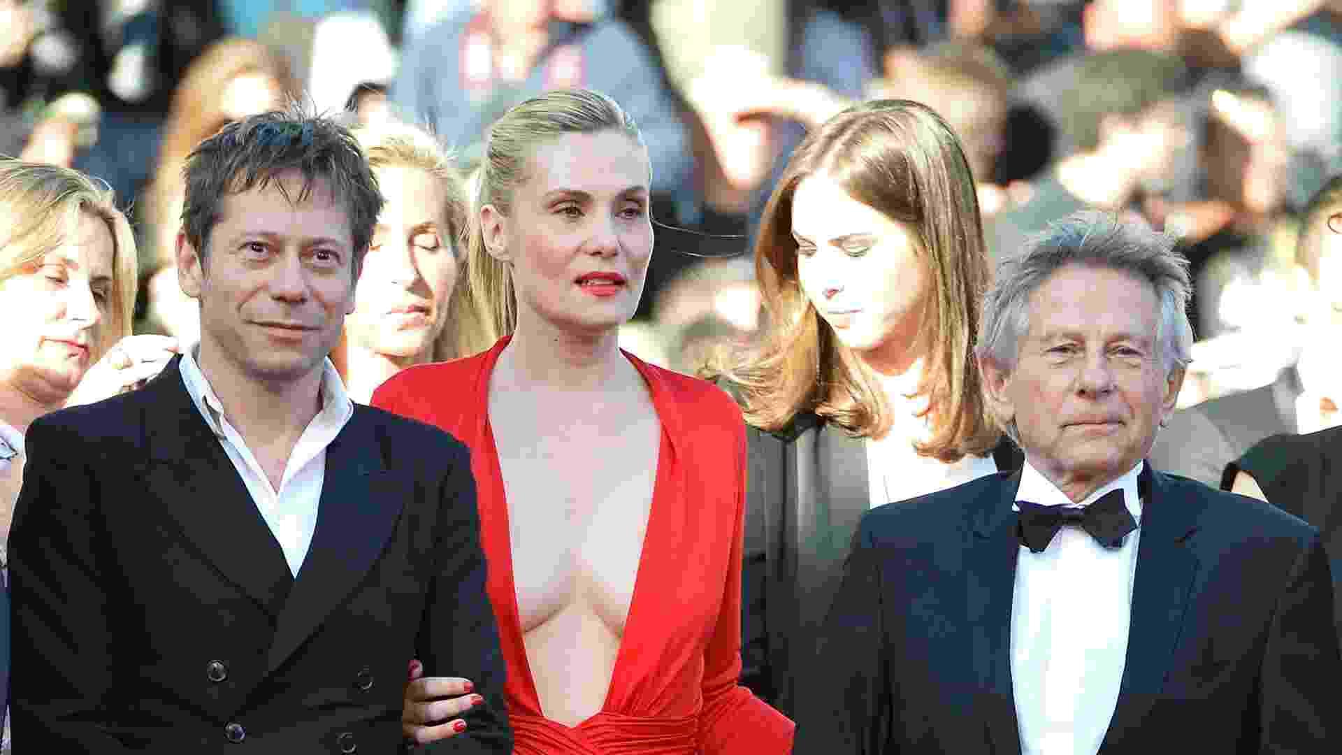 """25.mai.2013 - O ator francês Mathieu Amalric, a atriz Emmanuelle Seigner e o diretor diretor Roman Polanski ( da esq para dir) chegam à exibição do filme """"Venus in Fur"""", novo filme do diretor - Alberto Pizzoli/AFP Photo"""