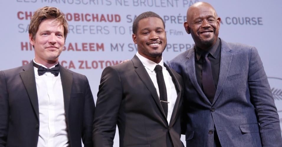 25.mai.2013 - O diretor americano Ryan Coogler (centro) recebe o prêmio Future Award por seu filme