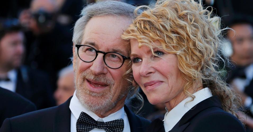 25.mai.2013 - O diretor e membro do júri de Cannes, Steven Spielberg, e sua mulher, a atriz Kate Capshaw, posam para fotos antes da exibição do filme