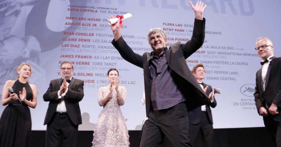 25.mai.2013 - O diretor francês Alain Guiraudie recebe o prêmio da mostra Um Certo Olhar pelo fillme