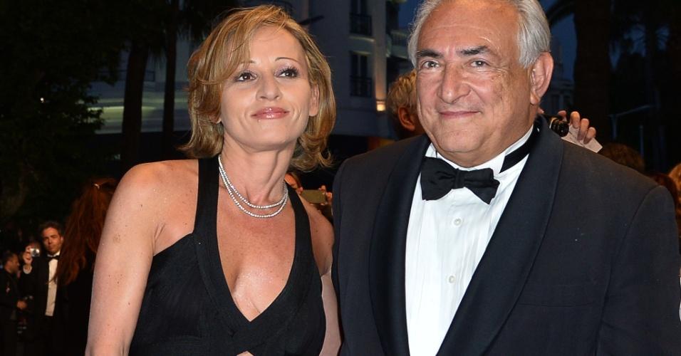 25.mai.2013 - O ex-diretor do FMI Dominique Strauss-Kahn (à dir) e a executiva de marketing Myriam L'Aouffir chegam à exibição da versão restaurada de