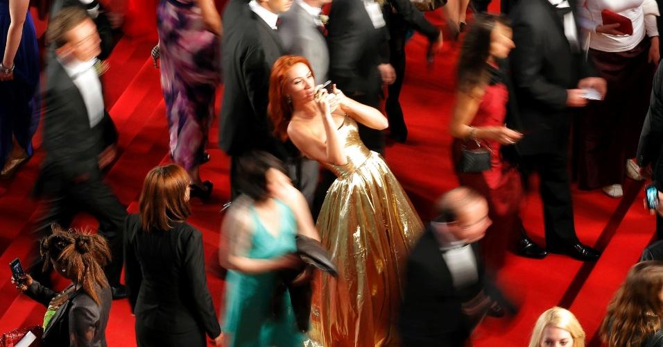 25.mai.2013 - Convidados posam no tapete vermelho antes da exibição de
