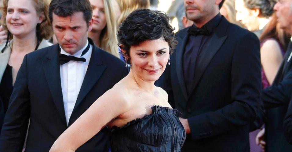25.mai.2013 - Mestre de cerimônias Audrey tatou posa no tapete vermelho do Festival de Cannes antes da exibição de