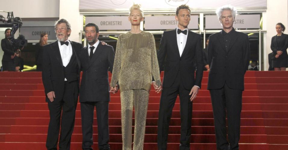 25.mai.2013 - O diretor Jim Jarmusch (à direita) posa com os atores John Hurt, Tilda Swinton, Tom Hiddleston e Slimane Dazi antes da exibição de