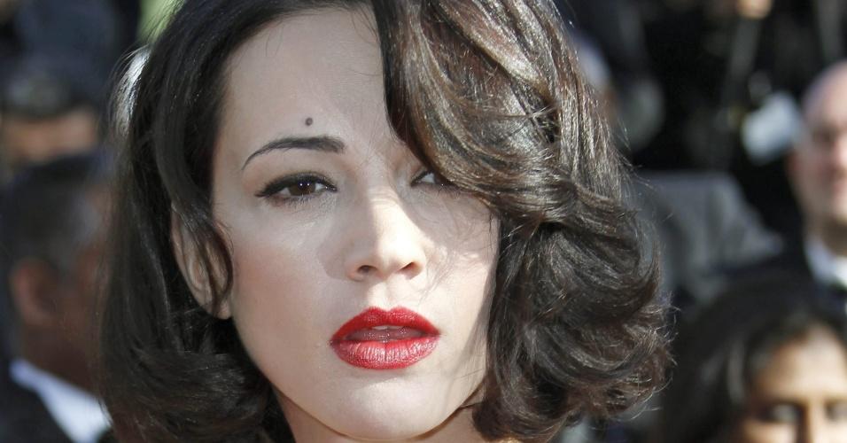 26.mai.2013 - A atriz Asia Argento mostra o dedo médio para os fotógrafos na chegada à cerimônia de encerramento do Festival de Cannes