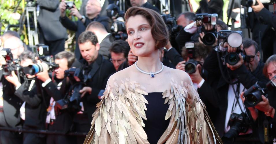 26.mai.2013 - A atriz Laetitia Casta desfila vestido ousado no tapete vermelho do encerramento do Festival de Cannes