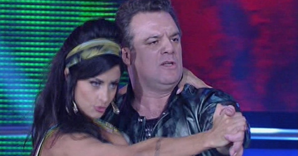 """26.mai.2013 - Adriano Garib e Aline Riscado dançam  """"Zodiacs"""", de Roberta Kelly, no quadro """"Dança dos Famosos"""""""