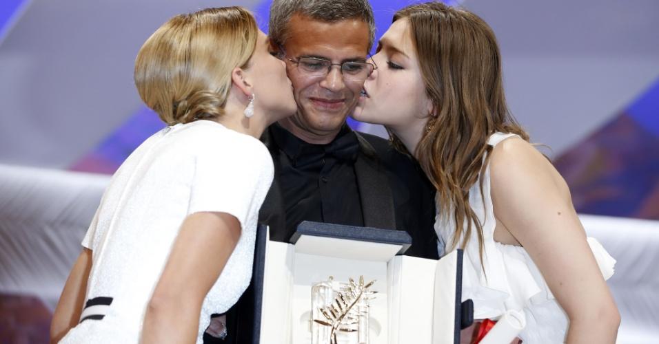 26.mai.2013 - As atrizes francesas Lea Seydoux (à esq) e Adele Exarchopoulos beijam o diretor franco-tunísio Abdellatif Kechiche enquanto ele recebe a Palma de Ouro pelo filme