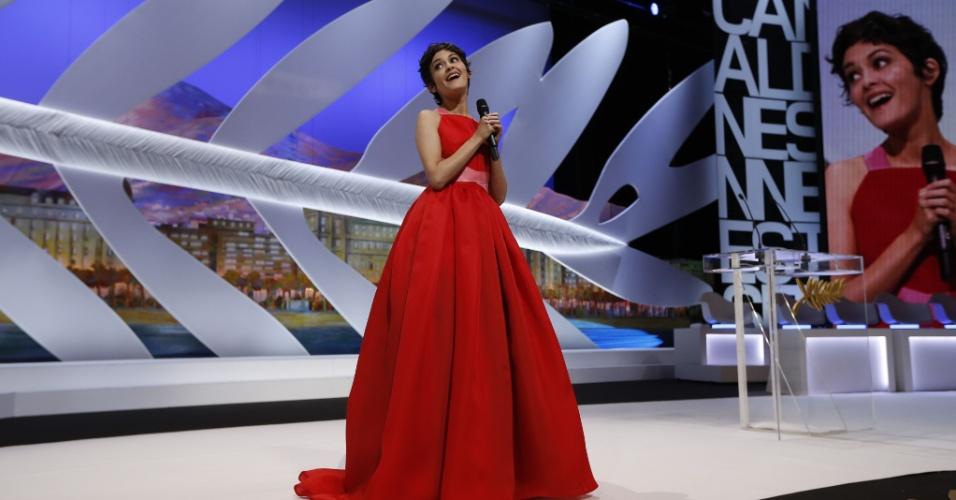 26.mai.2013 - Audrey Tatou comanda a cerimônia de encerramento e premiação do Festival de Cannes 2013