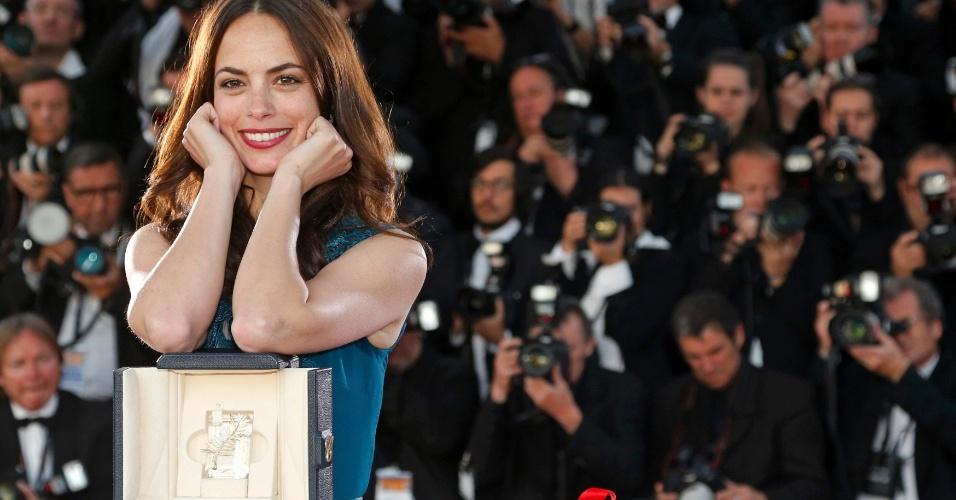 26.mai.2013 - Berenice Bejo posa com sua Palma de Ouro de Melhor Atriz por