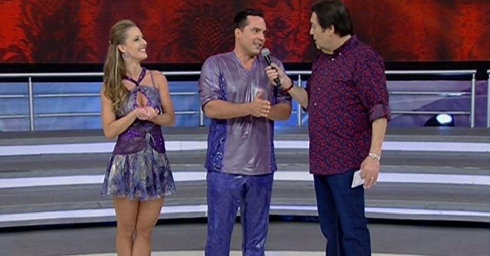 """26.mai.2013 - Daniel Boaventura conversa com Faustão durante o quadro """"Dança dos Famosos"""""""