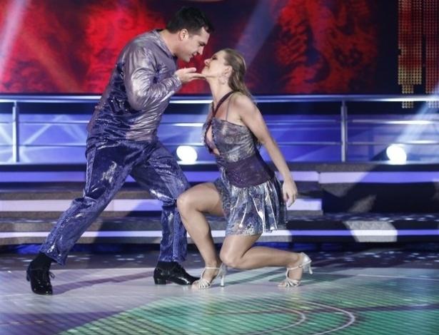 """26.mai.2013 - Daniel Boaventura e Juliana Valcézia dançam  """"Don´t let me be misunderstood"""", do grupo Santa Esmeralda, no quadro """"Dança dos Famosos"""""""