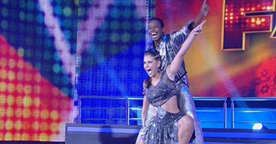 """26.mai.2013 - Edílson e Lidiane Rodrigues dançam """"Let's Dance"""", de Donna Summer, no quadro """"Dança dos Famosos"""""""