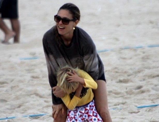 26.mai.2013 - Fernanda Lima curtiu praia no Leblon, zona sul do Rio. A apresentadora estava acompanhado do marido, Rodrigo Hilbert, e dos filhos, os gêmeos Francisco e João