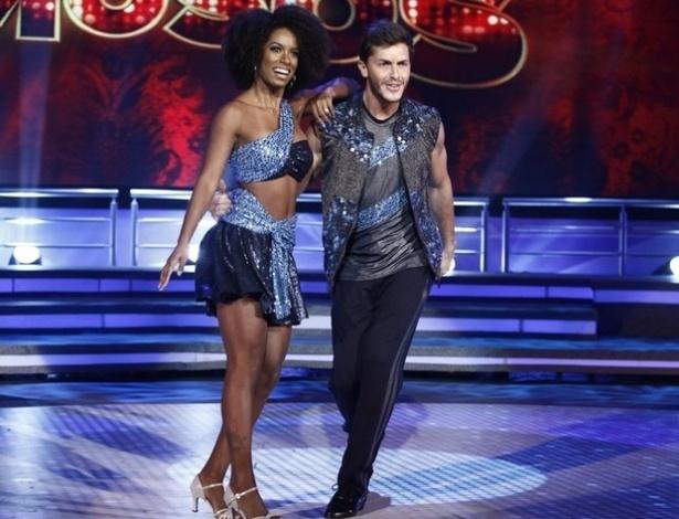 """26.mai.2013 - Klébber Toledo e Ivi Pizzott dançam """"Got to be real"""", de Cheryl Linn, no quadro """"Dança dos Famosos"""""""