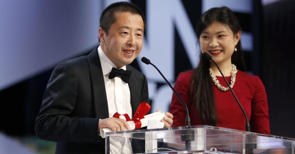 26.mai.2013 - O diretor chinês Jia Zhangke fala no encerramento do Festival de Cannes após receber o prêmio de Melhor Roteiro pelo filme