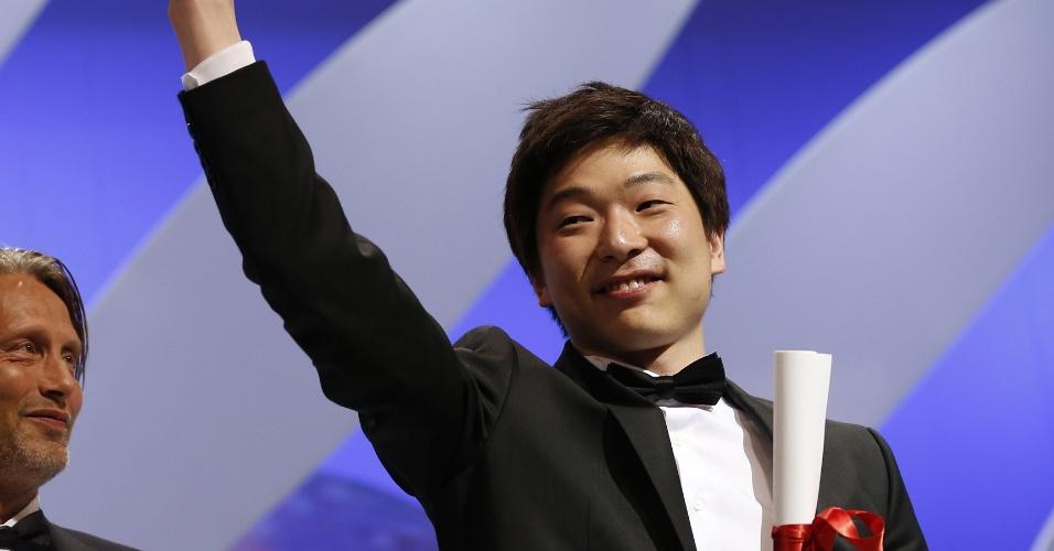 26.mai.2013 - O diretor coreano Moon Byung-gon celebra sua Palma de Ouro por Melhor Curta Metragem por