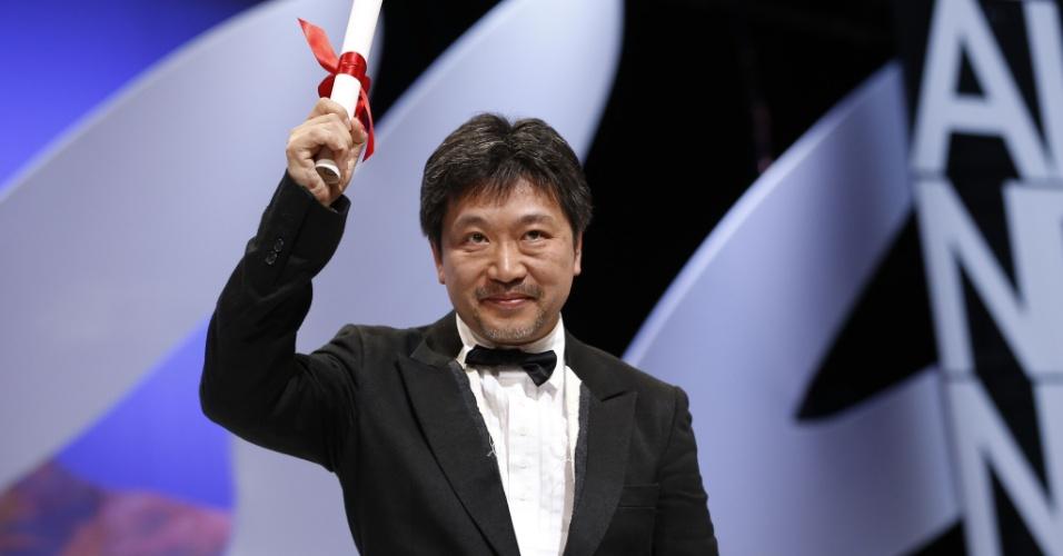 26.mai.2013 - O diretor japonês Hirokazu Kore-Eda ganha o Prêmio do Júri pelo filme