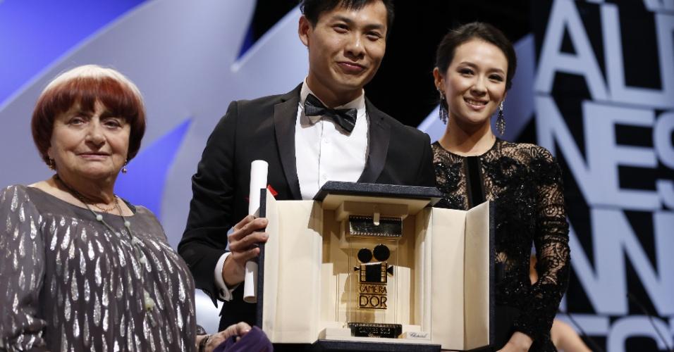 26.mai.2013 - O diretor singapurense Anthony Chen (ao centro) ganha o prêmio Camera d'Or de Melhor Filme