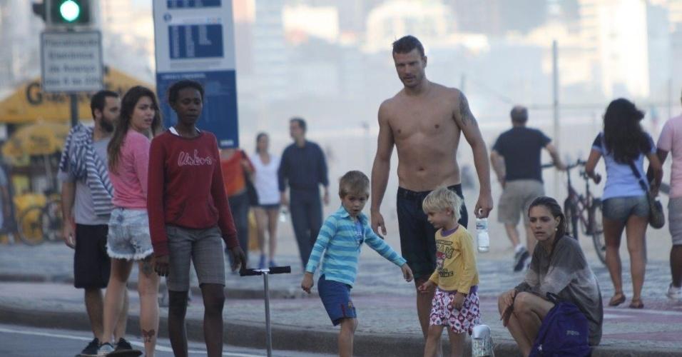 26.mai.2013 - Rodrigo Hilbert curtiu praia no Leblon, zona sul do Rio. O ator estava acompanhado da mulher, Fernanda Lima, e dos filhos, os gêmeos Francisco e João