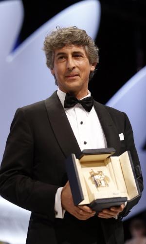26.mai.2013 -O diretor americano Alexander Payne recebe o prêmio Prix d'Interpretation Masculine (Melhor Ator) em nome de Bruce Dern, que não pode estar presente no encerramento de Cannes