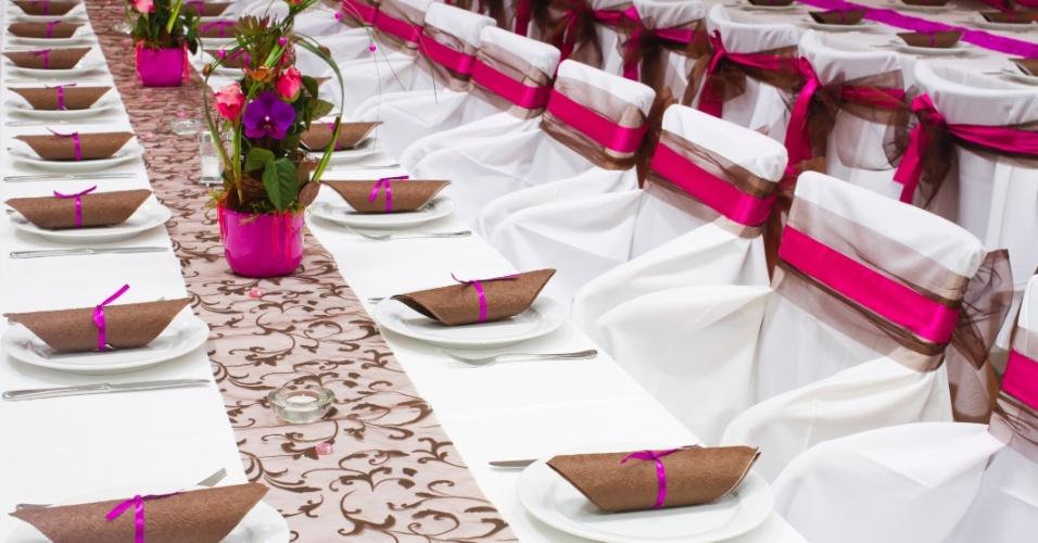 Decoração de mesa em branco, pink e marrom