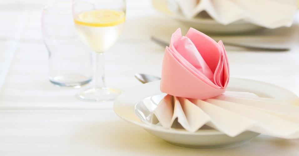 Porta-guardanapo rosa claro e em formato de botão de flor