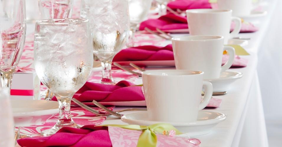 Mesa de jantar combina pink e branco com copos de cristal