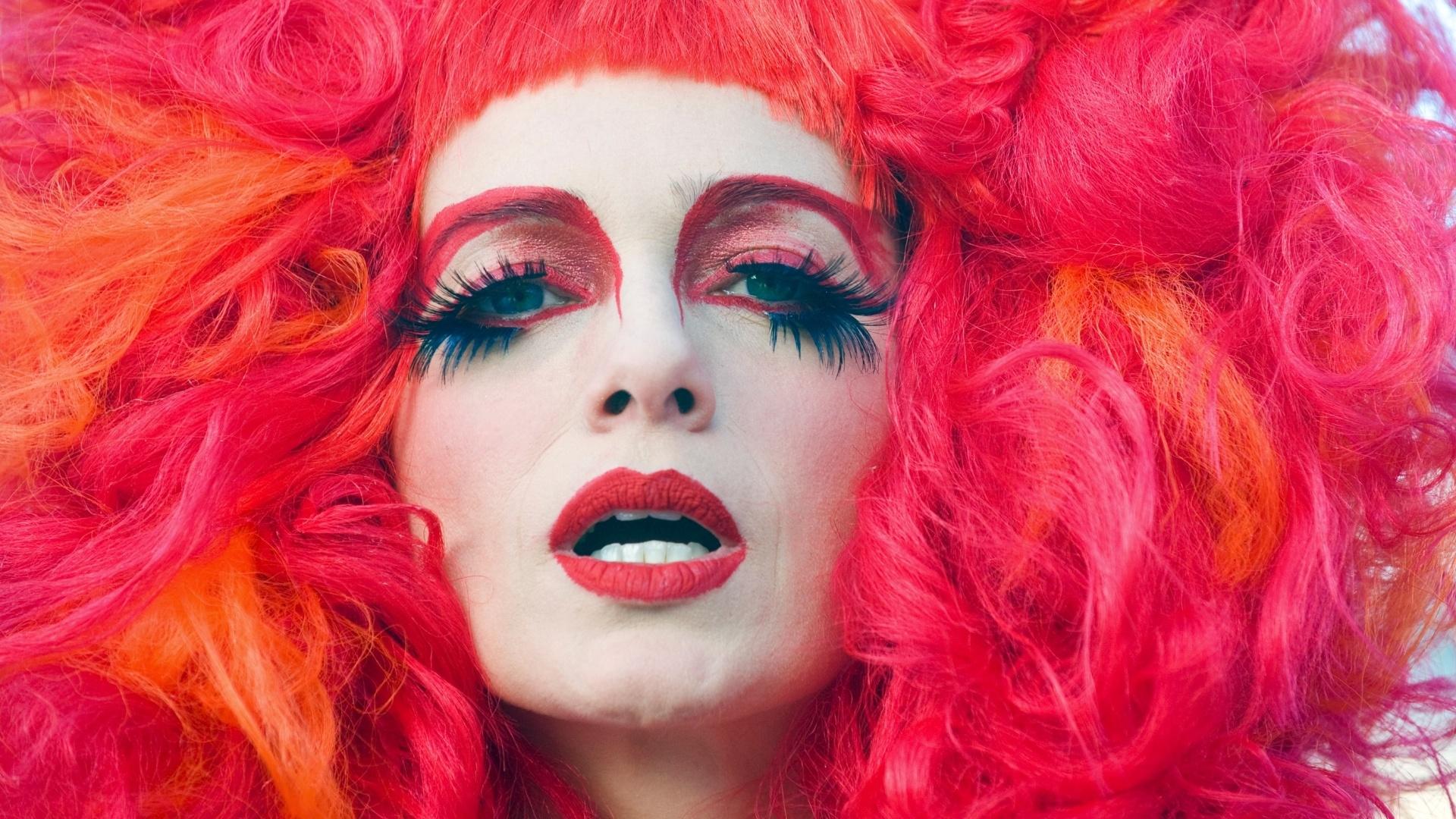 26.mai.2013 - A atriz Letícia Spiller, caracterizada como a drag queen Rochanna, posa para fotos antes de gravar as últimas cenas do filme