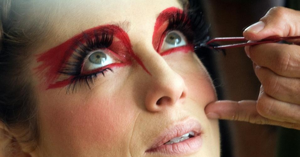 """26.mai.2013 - A atriz Letícia Spiller é maquiada para interpretar a drag queen Rochanna nas últimas filmagens do longa """"O Casamento de Gorete"""", em Barra do Piraí, interior do Rio de Janeiro"""